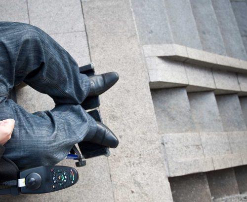 Петър Кичашки демонстрира недостъпна среда за хората с увреждане у нас. Снимката е на Агенция БГНЕС.