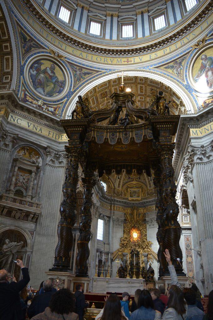 """Балдахинът и олтарът в базиликата """"Св. Петър"""". Снимка: Милена Кичашка"""