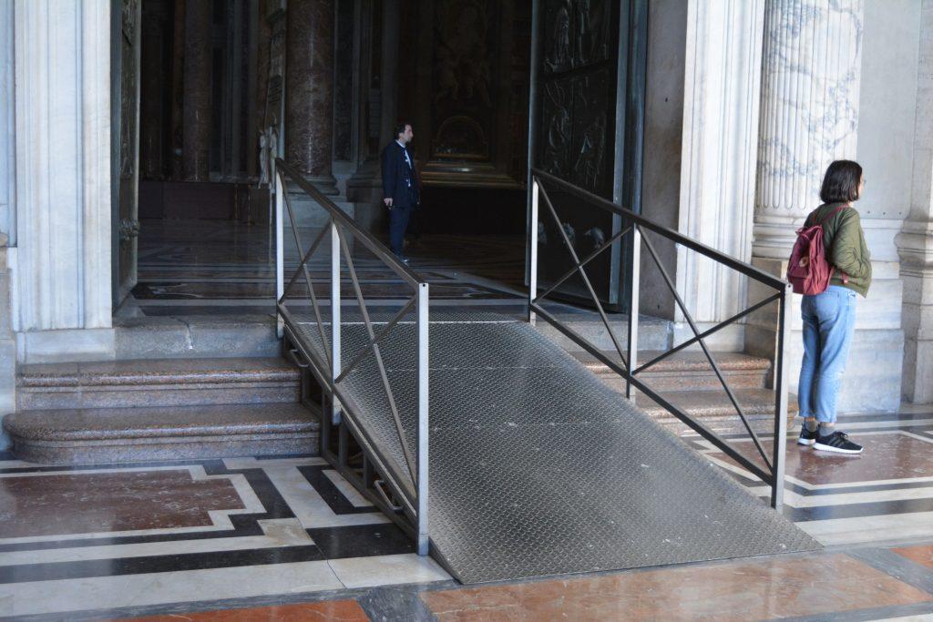 """Рампа на входа на базиликата """"Св. Петър"""". Снимка: Милена Кичашка"""